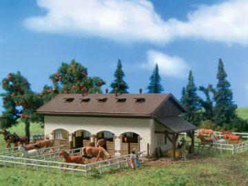 Pferdestall mit Pferden <br/>Vollmer 47719 1