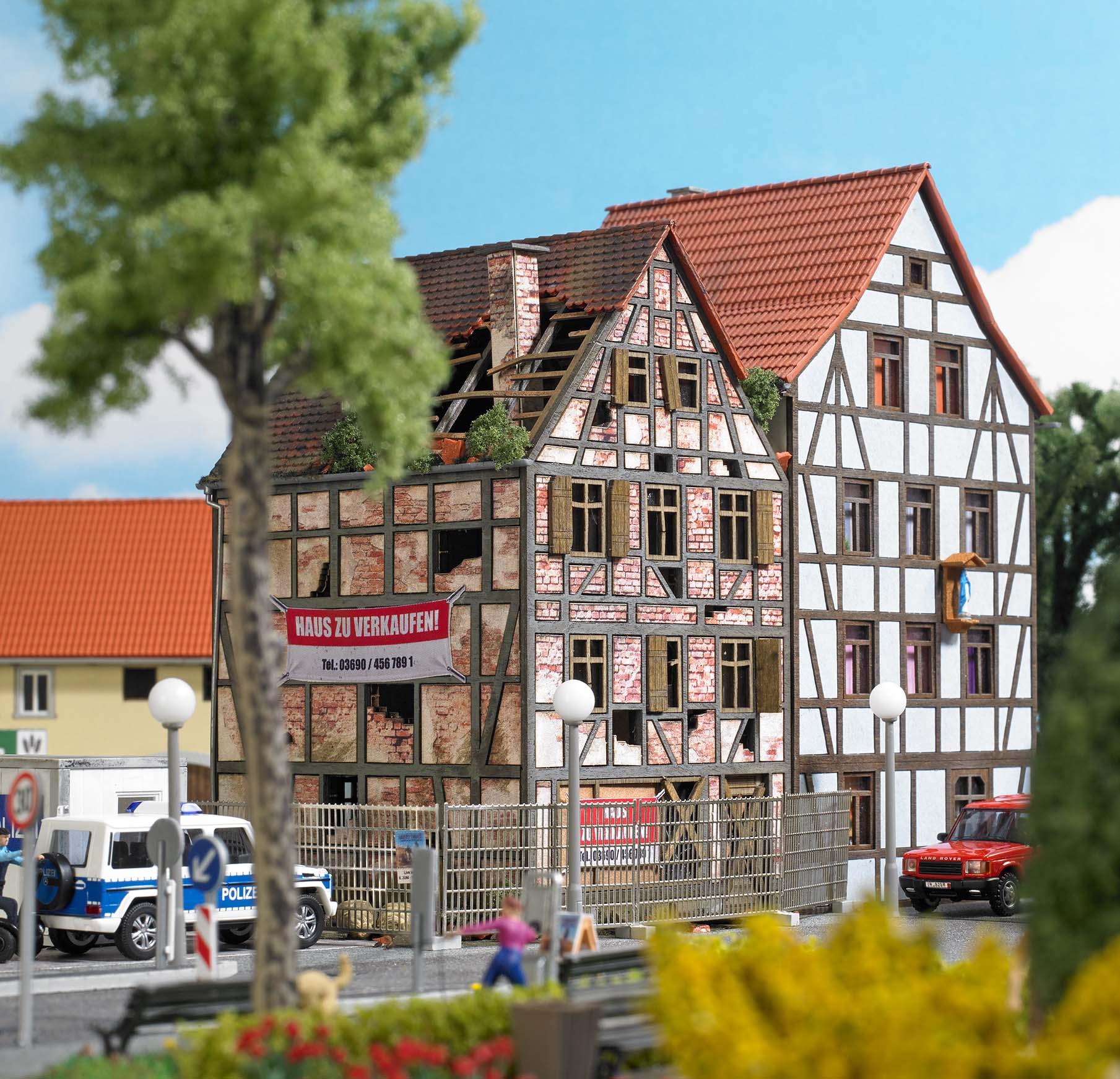 BUSCH 1668 <br/>Verfallenes Stadthaus H0